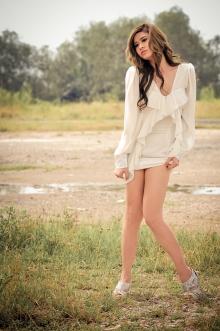 Hot girl Trương Quỳnh Anh đẹp ngây ngất giữa cánh đồng hoang